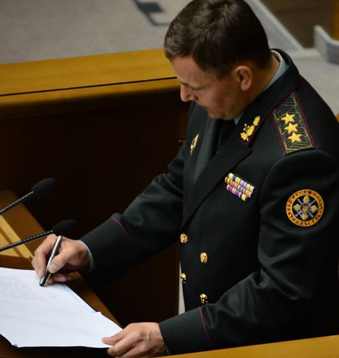 ukr_Defense_Minister_closed_pen_signature