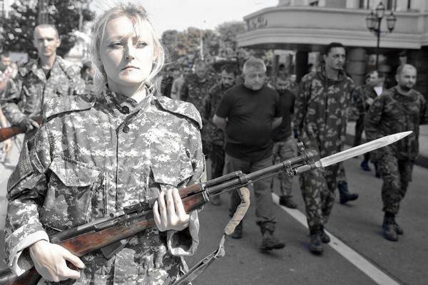 ukr_Donetsk_parade_militia_girl